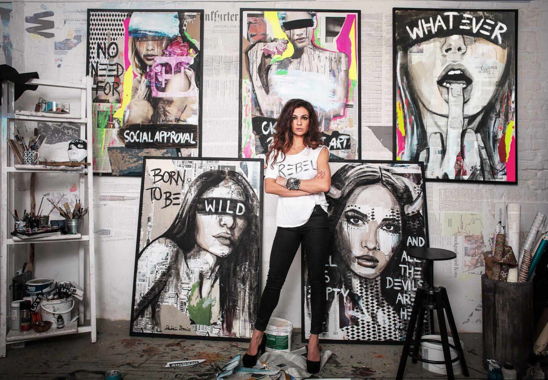 Shirin Donia vor den Werken ihrer Rebel-Serie