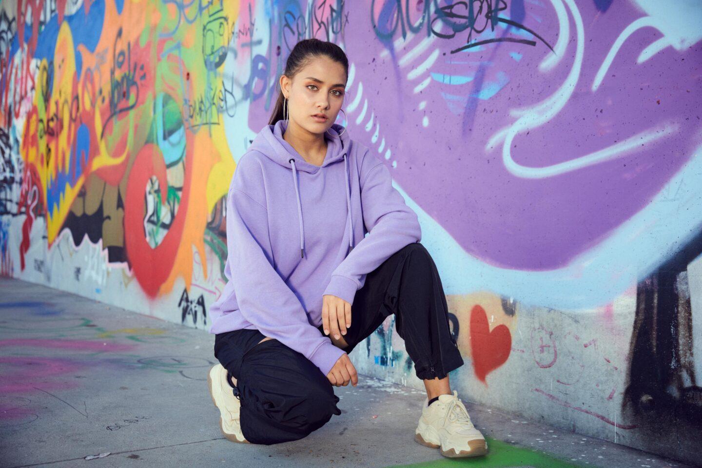 Sängerin und Tänzerin Janina Bey vor einer Mauer